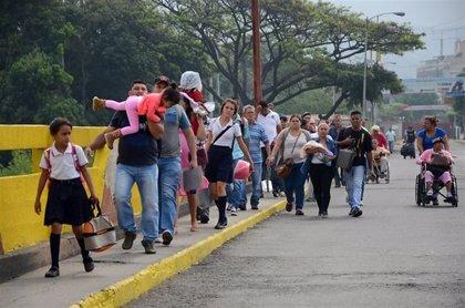 Cientos de venezolanos cruzan la frontera con Colombia para obtener provisiones