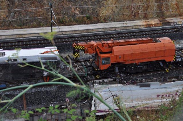 Máquina transformadora y locomotora del tren descarrilado en Angrois
