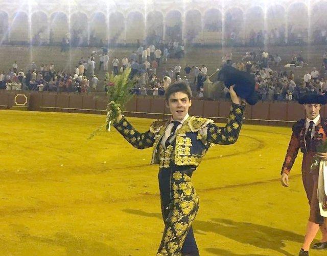 Foto Antonio Medina, De La Escuela Taurina De La Diputación, Corta Una Oreja En