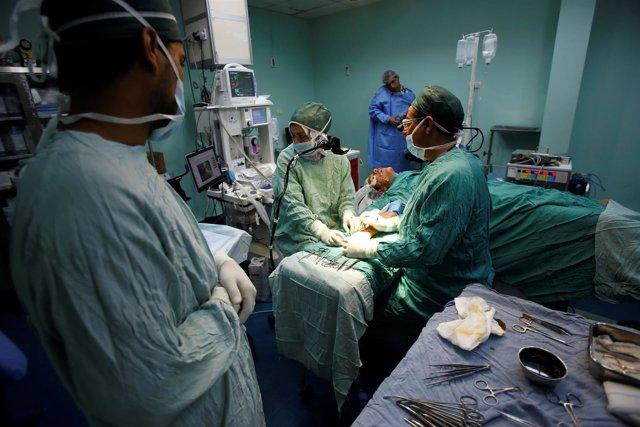 El cirujano Hafez Abu Khousa opera a un paciente en el hospital de Al Awda
