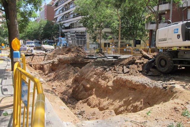 Socavón en la calle Ganduxer de Barcelona por fuga de agua