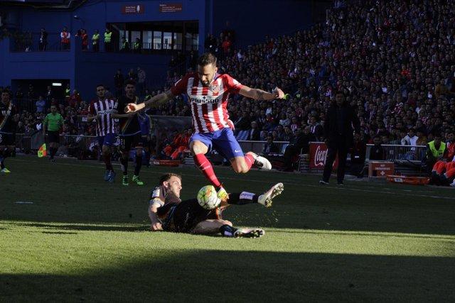 Jesús Gámez evitando la entrada de Quini en el partido Atleti Rayo