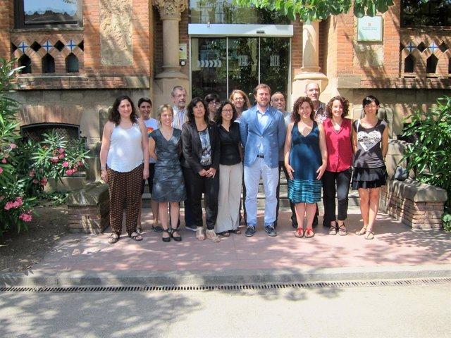 El conseller de Salud, Toni Comín, junto a entidades LGTB