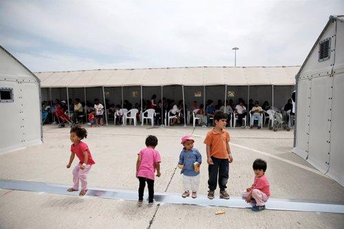 Inmigrantes y refugiados en el campo de internamiento de Hellenikon, Atenas