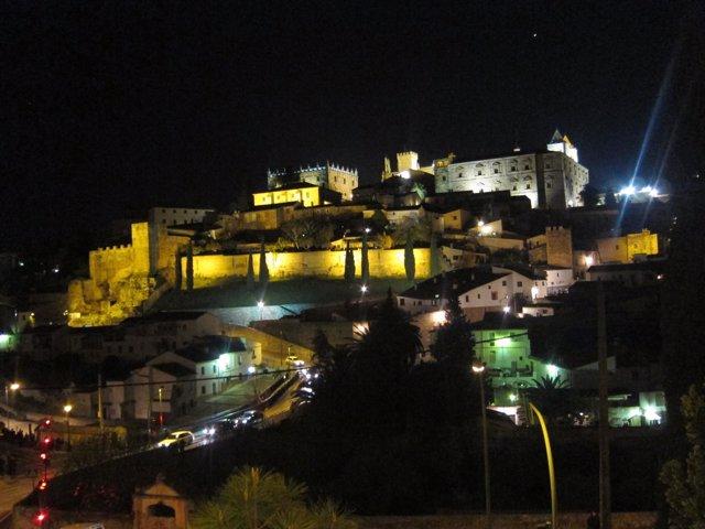 Cáceres iluminada de noche