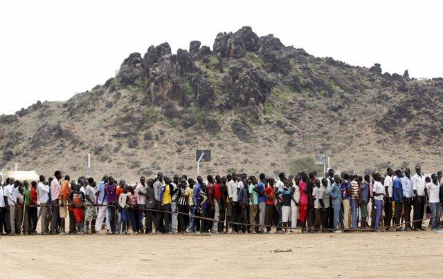 Refugiados de Sudán del Sur hacen cola para celebrar el Día de los Refugiados.