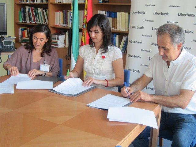 Firma del convenio entre Liberbank y el Museo de Olivenza