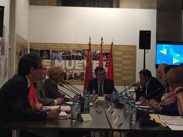 Imagen de la reunión con el alcalde a la cabeza