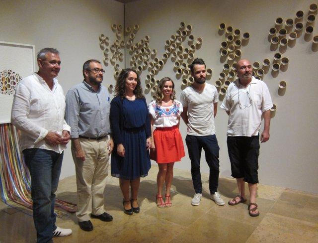 Los becados Alfons Roig 2014 junto a Tello y Rius en su exposición