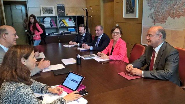 Belén Fernández (derecha) frente a Pablo Vázquez, durante la reunión.