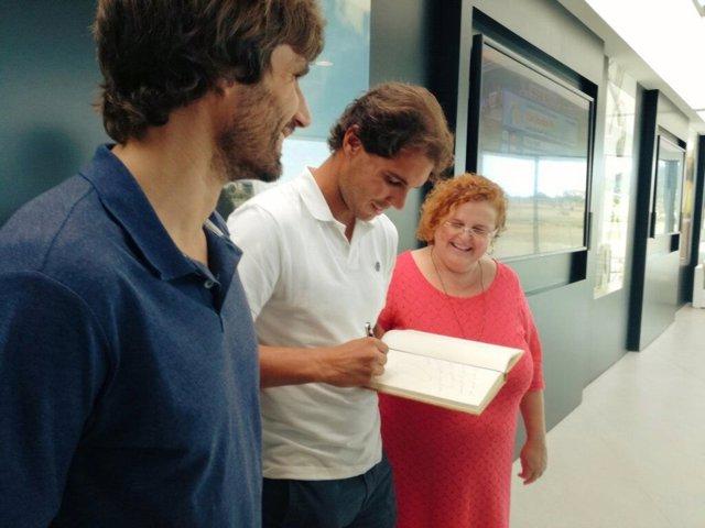Rafa Nadal firma el libro de deportistas de la Conselleria