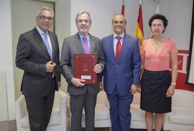 Izquierdo y Van Grieken tras firmar el acuerdo