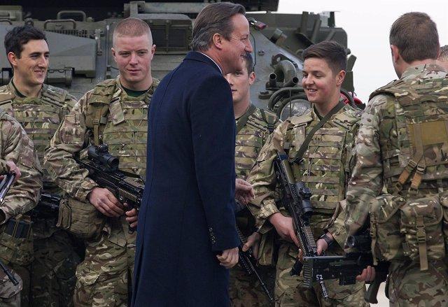 El primer ministro británico, David Cameron, habla con militares