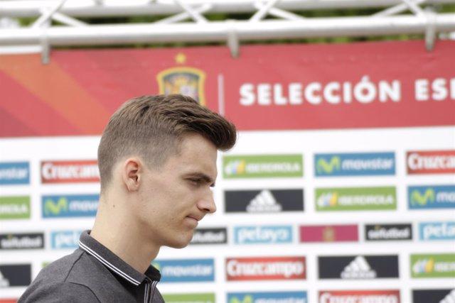 Diego Llorente en la llegada a la concentración de la selección de fútbol