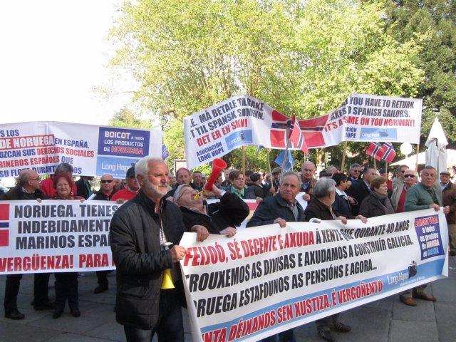 Marineros gallegos de la plataforma Long Hope se manifiestan en Santiago