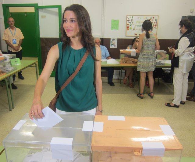 Inés Arrimadas (C's) vota en las elecciones generales del 26J
