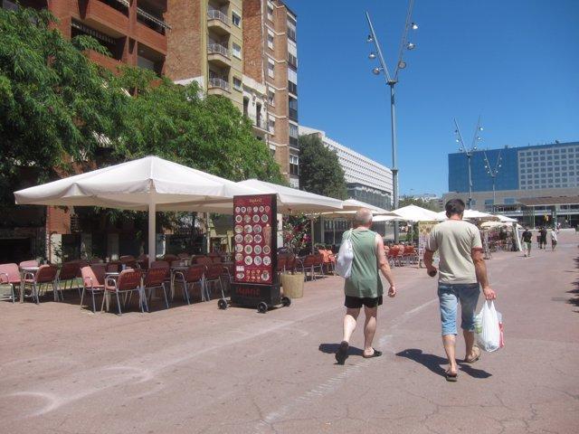 Terrazas en el paseo de Sant Antoni del barrio de Sants de Barcelona