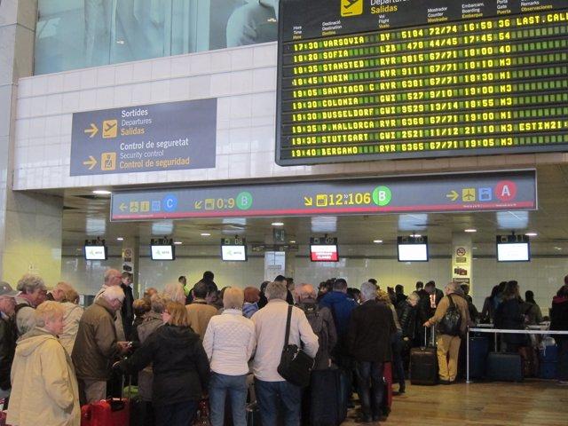 Cola de pasajeros en el Aeropuerto de Barcelona