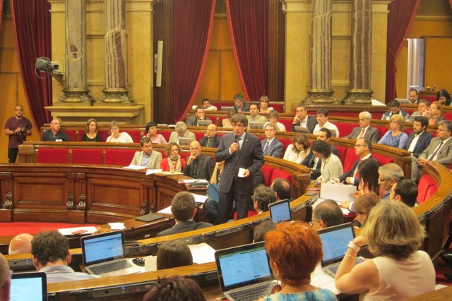 El presidente de la Generalitat, Carles Puigdemont, en el pleno del Parlament