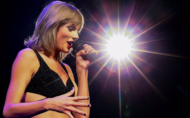 LOS ANGELES, CA - AUGUST 21:  Singer-songwriter Taylor Swift performs onstage du