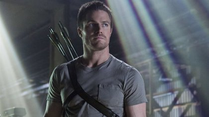 Arrow: Stephen Amell, ensangrentado  en la primera foto de la 5ª temporada