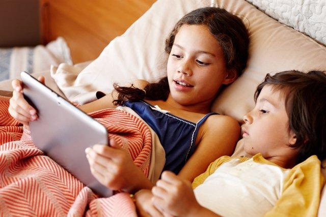 Netflix lifestyle smartphone móvil tablet tecnología niños menores película cama