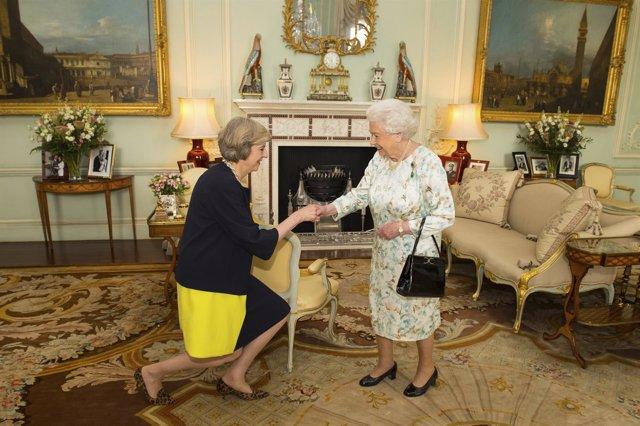 Theresa May y la Reina Isabel II