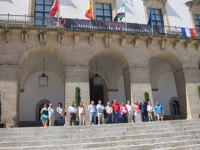Una bandera francesa luce en el Ayuntamiento de Cáceres
