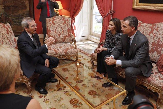 Los Reyes han acudido este mediodía a la residencia del embajador francés
