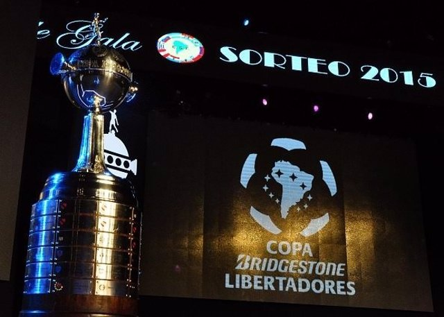Partial view of the stage and the Copa Libertadores trophy just before the start