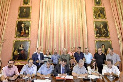 """Ayuntamiento de Sevilla y los taxistas firman un convenio para """"modernizar"""" el servicio"""