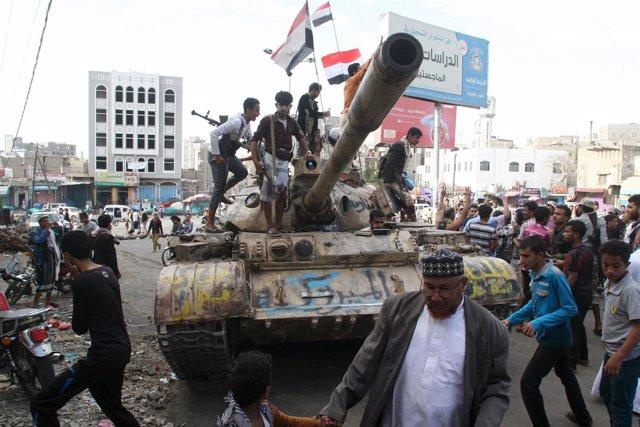 Militares en un carro de combate del Ejército yemení en Taíz