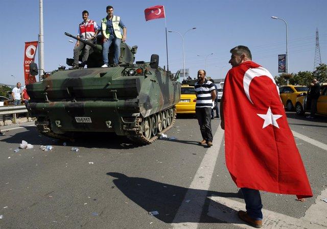 Un manifestante junto a un carro blindado en Estambul
