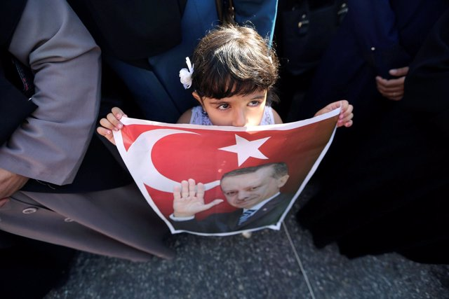 Una niña palestina con un cartel del presidente turco, Recep Tayyip Erdogan