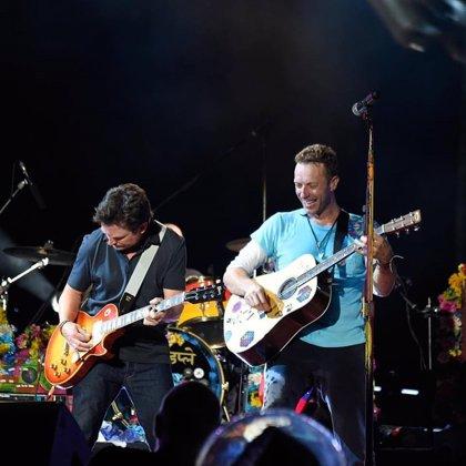 Michael J. Fox se une a Coldplay para tocar canciones de Regreso al Futuro en un concierto