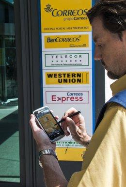 Cartero de Correos con dispositivos móviles