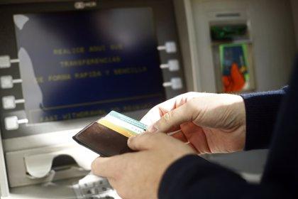 El Defensor del Pueblo pide una tarifa máxima para sacar dinero en cualquier cajero