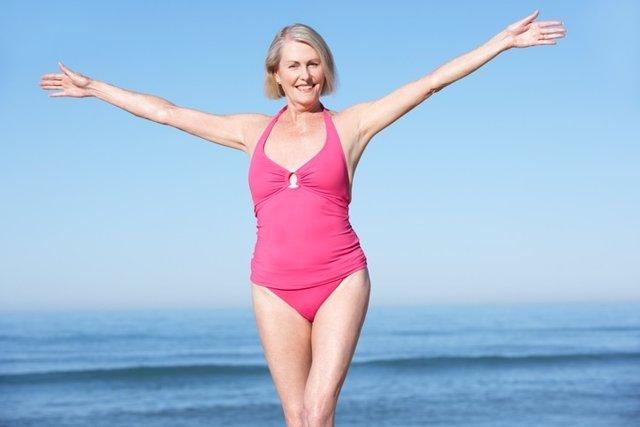Señora, escote, bañador, playa, mayor, menopausia