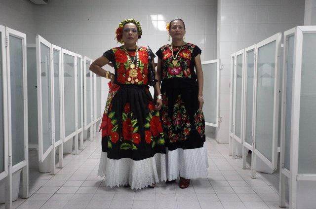 Los 'muxes' en México con el tradicional vestizo Zapotec