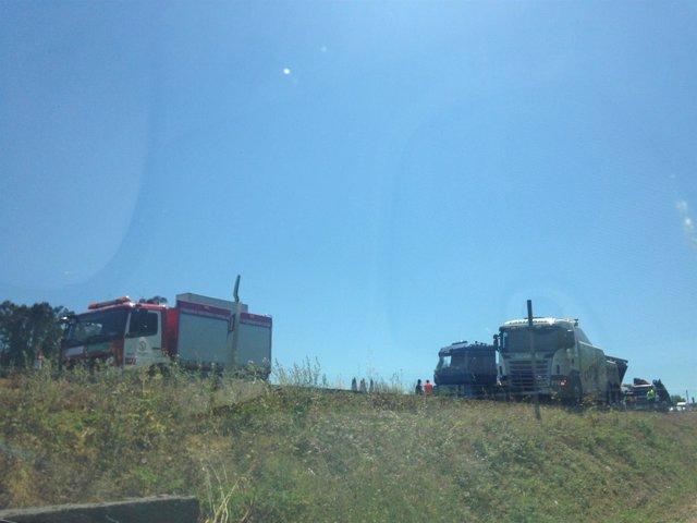 Camión volvado en la N-634 entre Curtis y Mesía
