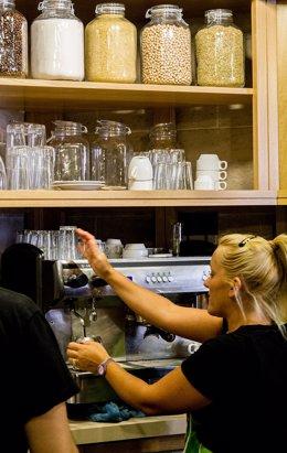 Una camarera prepara un café en un restaurante de la capital grancanaria