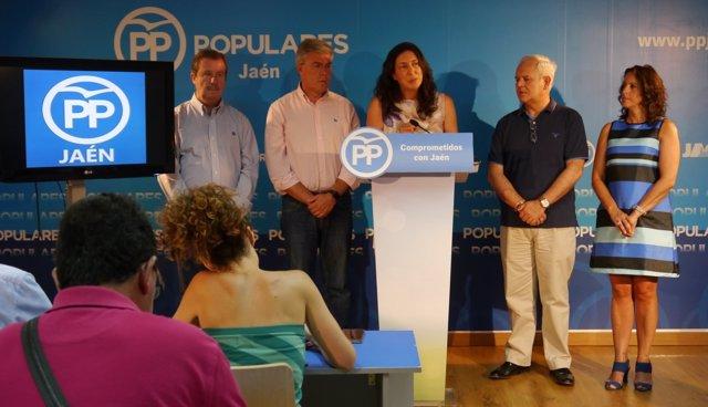 Dolores López (PP-A), en el centro, en rueda de prensa en Jaén