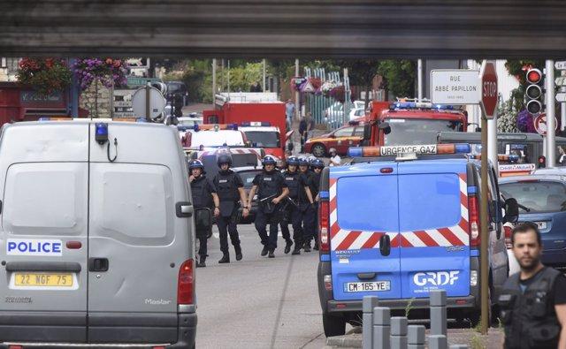 Despliegue policial en Saint-Etienne-du-Rouvray (Normandía) tras el atentado