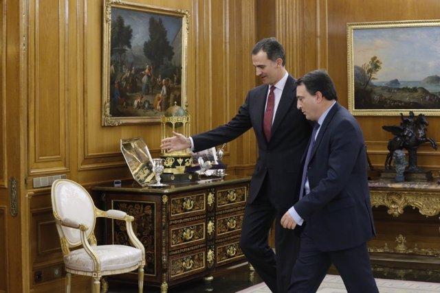 El Rey con Aitor Esteban de EAJ-PNV