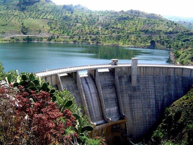 Embalse presa Casasola agua suministro riego naturaleza