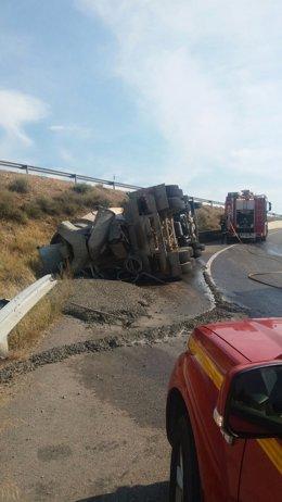 El camión hormigonera ha volcado y su conductor ha resultado herido