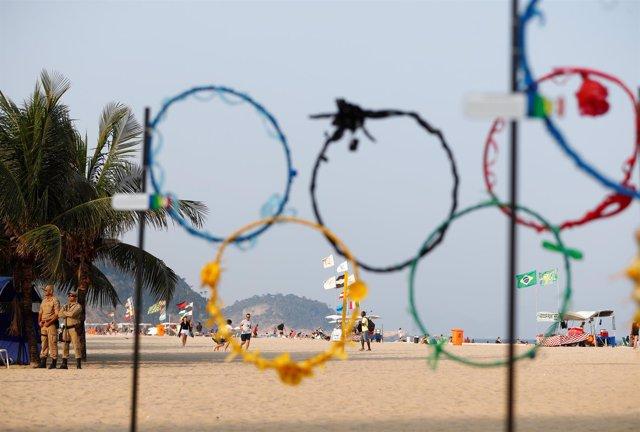 Aros olímpicos en la playa de Copacabana, en Río de Janeiro