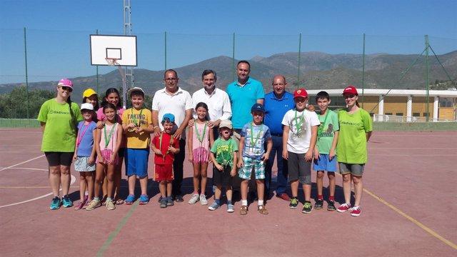 El diputado Ángel Escobar ha visitado a los menores participantes en el taller.