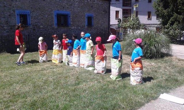 Un grupo de niños juega en una de las Escuelas de Verano de la Jacetania.