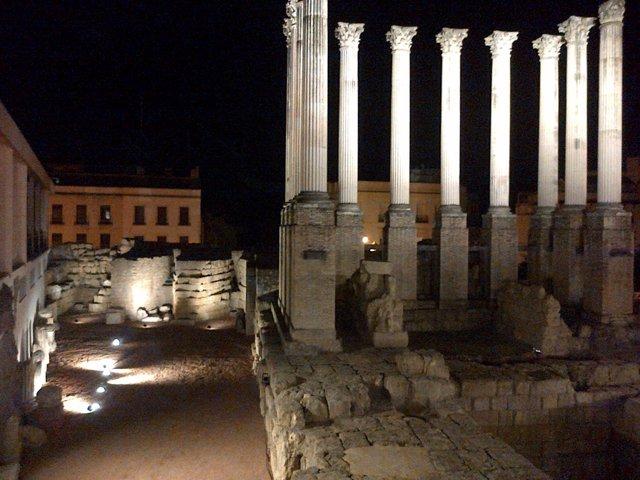 Imagen nocturna del Templo Romano de Córdoba